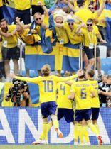 スウェーデン―韓国 後半、PKで得点したスウェーデンイレブンと喜ぶスタンドのサポーター=ニジニーノブゴロド(ロイター=共同)