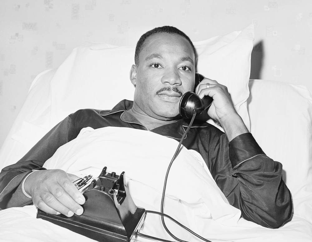 1964年10月14日、米アトランタの病院のベッドでノーベル平和賞受賞の知らせを受ける黒人運動指導者、マーチン・ルーサー・キング牧師。健康診断の最中だった(AP=共同)