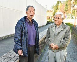 現場付近で事件の記憶をたどる松村昭彦さん(右)と工藤竹治さん=東京都府中市で(池田まみ撮影)