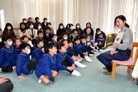 故・佐藤雄一さんの遺族による児童書の寄贈開始から5年を記念し、県立図書館であった読み聞かせ会