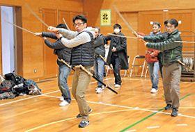 演舞の基本動作を確認する馬廻り衆役の参加者=松江市北田町、母衣小学校