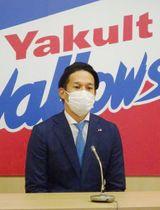 契約更改交渉を終え、記者会見に臨むヤクルト・坂口=2日、東京都内の球団事務所(代表撮影)