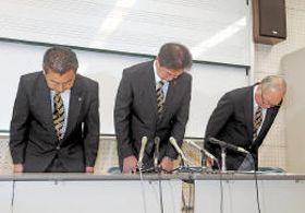 記者会見で陳謝する(左から)郷古部長、佐々木監督、真山副校長