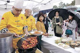 試食用の料理を仕上げるシェフ=金沢市役所