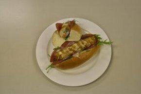 鉾田市が開発した「ご当地グルメ・ほこまるドッグ」