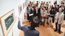 浮世絵の名作を鑑賞する来場者=20日、大分市の県立美術館