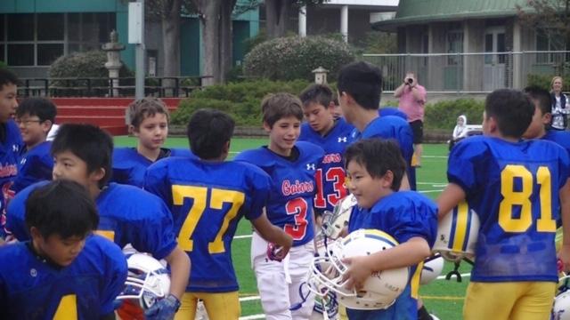 試合後に交流する日米の小学生たち=写真提供・関東小学生アメリカンフットボール連盟