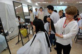 横浜の専門学校生で髪をカットする生徒たち