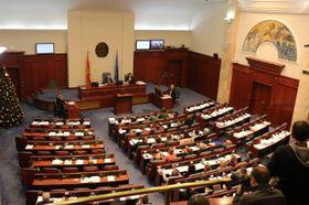 国名を「北マケドニア共和国」に変更する憲法改正案を承認したマケドニア議会=11日、スコピエ(ゲッティ=共同)