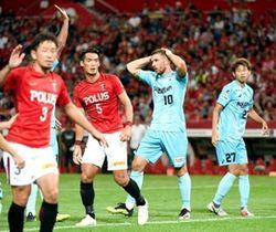 浦和-神戸 後半、決定機を逃し、頭を抱える神戸・ポドルスキ(右から2人目)