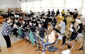 大舞台に向けて練習に励む吹奏楽部員たち=観音寺市天神町、観音寺総合高
