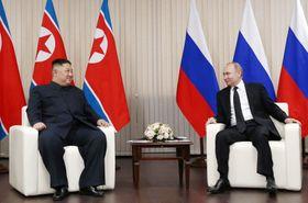 会談する北朝鮮の金正恩朝鮮労働党委員長(左)とロシアのプーチン大統領=25日、ロシア極東ウラジオストク沖のルースキー島(タス=共同)
