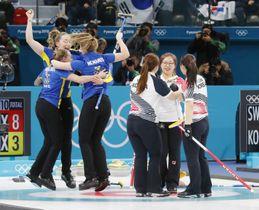金メダル獲得を決め、喜ぶスウェーデン(左)と銀の韓国=江陵(共同)