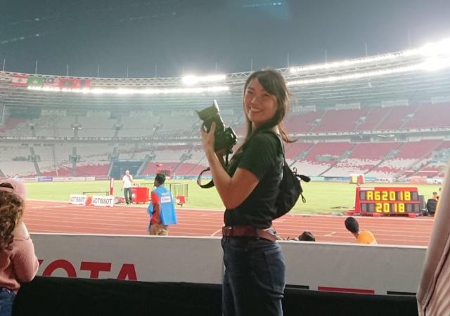 昨年夏にジャカルタで開催されたアジア大会で、陸上競技を撮影する松嵜未来さん