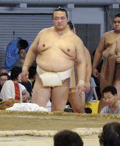 大相撲の夏巡業で、稽古に臨む稀勢の里=北海道帯広市