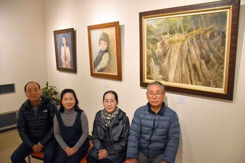 新開直子さんが描いた油絵を展示している作品展。別府紘さん(右端)らきょうだい、近親者も短歌や写真を出品している