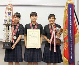 電卓の部団体総合で全国優勝を果たした高松商の(左から)小松さん、杉山さん、寒川さん=高松市松島町、高松商高