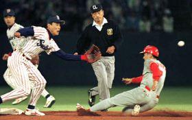 ヤクルト戦で二盗し、シーズン30盗塁とした野村(右)。本塁打は既に32本、打率3割を超えており、トリプルスリーを確実にした。左は遊撃手・池山隆寛(1995年10月6日、神宮球場)