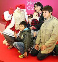 サンタクロースとの写真撮影を楽しむ家族