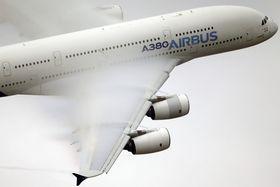 2015年のエアショーで行われたA380のデモ飛行=パリ(AP=共同)