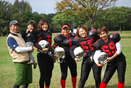山田千佳さん(5)ら女子アメリカンフットボールチーム、ワイルドキャッツの選手たち=10月27日、深北緑地公園