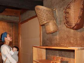 先住民のインディオの籠やインドネシアの鶏籠などが飾られた展覧会(京都府京丹波町森・ギャラリー白田)