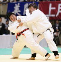 決勝で朝比奈沙羅(右)を破り2連覇の素根輝=横浜文化体育館