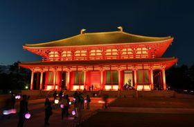 約300年ぶりに再建され一般拝観が始まり、ライトアップされた興福寺の「中金堂」=20日午後、奈良市