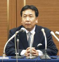 札幌市内で記者団の取材に応じる立憲民主党の枝野代表=21日午後