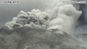 気象庁のカメラが撮影した鹿児島県・口永良部島。新岳で爆発的噴火が発生した=17日午前