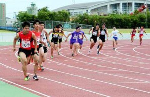 陸上男子400メートルリレー決勝 激しい競り合いの中で第1走者から第2走者へバトンパスする選手たち=佐賀市のSAGAサンライズパーク陸上競技場