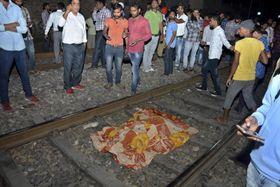 インド北部の列車事故で布をかけられた犠牲者=19日、アムリツァル(AP=共同)