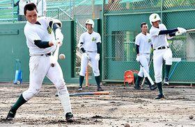 関東第一戦に向けて調整する鶴岡東ナイン=兵庫県西宮市の津門中央公園野球場