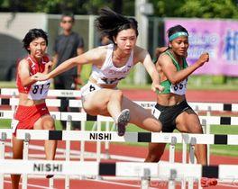 女子100メートル障害 13秒72の県高校新記録で優勝した共愛学園の田中=伊勢崎市陸上競技場