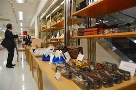 静岡市内のものづくり企業と県内デザイナーがコラボした商品が並ぶ売り場=静岡市葵区の静岡伊勢丹