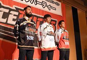 新ユニホームを披露するバックスの選手ら。左から坂田、岩本、佐藤=宇都宮市内