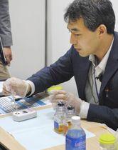 ドーピング検査員の養成を目的とした講習会で、模擬検査に臨む受講者=2018年7月、東京都港区