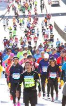 コース終盤の「浜手バイパス」の急激な上り坂に入ると、苦しそうな表情を浮かべ足が止まるランナーが続出する=2017年11月19日、神戸市中央区