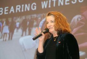 京都市で講演するICAN傘下組織メンバーの平和活動家キャサリン・サリバンさん=19日午後