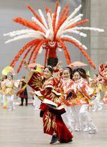 報道陣に公開された、東京五輪の聖火引き継ぎ式で日本が披露する文化パフォーマンスのリハーサル=26日午後、千葉市の幕張メッセ
