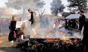 火渡り修行に参加する大勢の参拝者=小川町の「小川厄除大師」(普光寺)