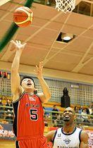 岩手-東京Z 第4クオーター、岩手はF千葉慎也(左)がシュートを決め、60-78とする=二戸市総合スポーツセンター