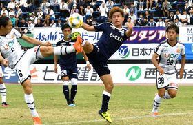 後半、シュートを放つ鹿児島U・枝本=白波スタジアム