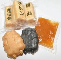 唐辛子やマトンのエキスが練り込まれたあん(右)を、羊の形や印字入りの皮に詰めて食べる「焼肉モナカ」