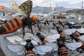 オオスズメバチに「熱殺蜂球」で立ち向かうミツバチを再現したオブジェ
