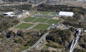 全面再開した福島県のサッカー施設「Jヴィレッジ」。右下はJR常磐線の新駅「Jヴィレッジ」=20日午前(共同通信社ヘリから)