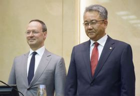 記者会見したパイオニアの森谷浩一社長(右)と香港投資ファンドのジォーン・エリック・サラタCEO=7日午後、東京都内