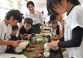児童が急須での茶の入れ方を学んだ教室=静岡市駿河区の市立川原小