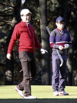 ゴルフを楽しむ安倍首相(左)=10日午前、神奈川県茅ケ崎市