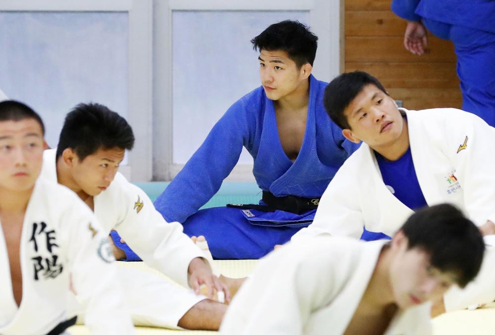 柔道男子日本代表の強化合宿に参加した安昌林(中央)=6月、東京都多摩市の国士舘大